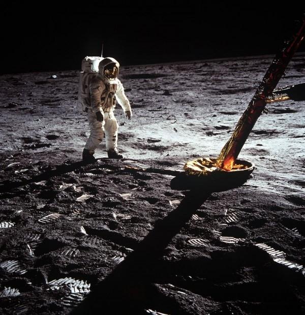 Apollo 11 mission_21 July 1969 - Astronaut walking
