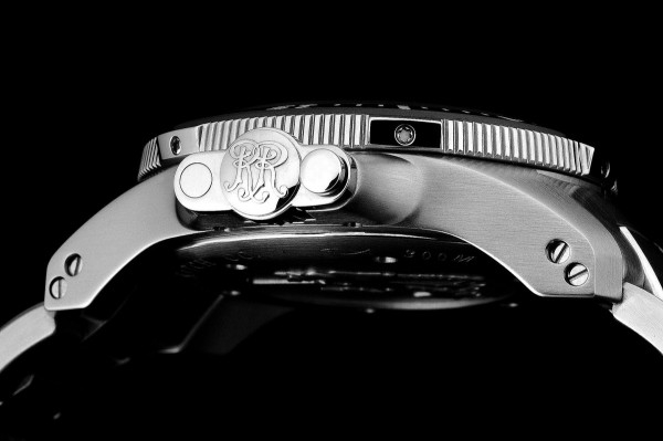 Engineer Hydrocarbon Arctic Chronometer計時腕錶備有專利錶冠保護系統。