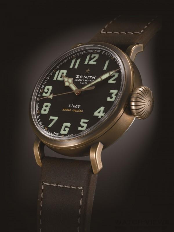 Pilot Type 20 Extra Special腕錶備有大型螢光阿拉伯數字令讀時更加清晰,寬大的凹槽旋入式錶冠讓佩戴者在戴上手套時也能輕易調校時間。