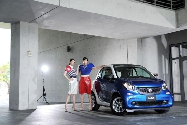 新世代smart以tridion安全車體搭配車身鈑件呈現豐富色彩變化(服裝由團團精品提供)