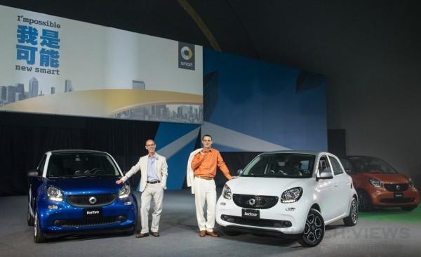 台灣賓士總裁邁爾肯(右)與轎車業務行銷副總裁司達恆(左)發表全新 smart fortwo 及 smart forfour