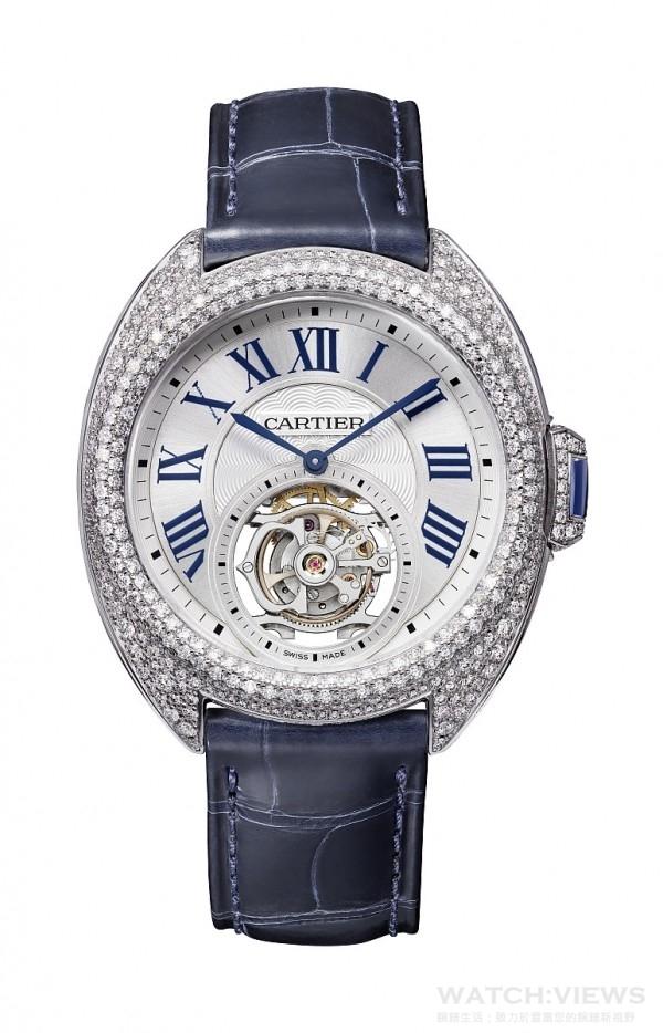 Clé de Cartier浮動式陀飛輪腕錶,鍍銠白K金錶殼,鑲嵌478顆共重3.56克拉的圓形明亮式切割鑽石,直徑35毫米,9452 MC型機芯,搭載浮動式陀飛輪,錶冠鑲嵌一顆藍寶石,藍寶石水晶鏡面及錶背,扭索雕紋錶盤,綴以陽光射線紋飾,海軍藍鱷魚皮錶帶,18K鍍銠白金可調校式折疊錶扣,鑲嵌41顆共重0.40克拉的圓形明亮式切割鑽石,防水30米。