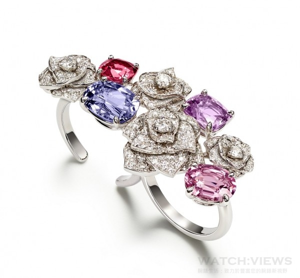 18K 白金指環,鑲嵌2 顆枕形切割紫色尖晶石 (約重 5.59 克拉)、200 顆圓形美鑽(約重 2.34 克拉)、1 顆枕形切割粉紅色尖晶石 (約重 2.21 克拉)及 1 顆橢圓形切割粉紅色尖晶石 (約重 2.09 克拉),G34H9800,台幣參考價格NTD 2,970,000。
