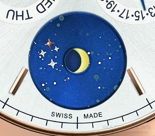 Heritage Chronométrie傳承時測系列年曆腕錶Vasco da Gama限量款的月相指示盤,耀眼的藍色亮漆小錶盤上鑲嵌並描繪著南半球的星空。南十字座清晰可見,尤其是帶著優雅淡紅色的γ(Gamma)星辰。如果再靠近點仔細觀察,還可以看到南十字座的其他三顆恆星:α(Alpha)、β(Beta)和δ(Delta),伴隨著無數星辰在夜空中閃耀。
