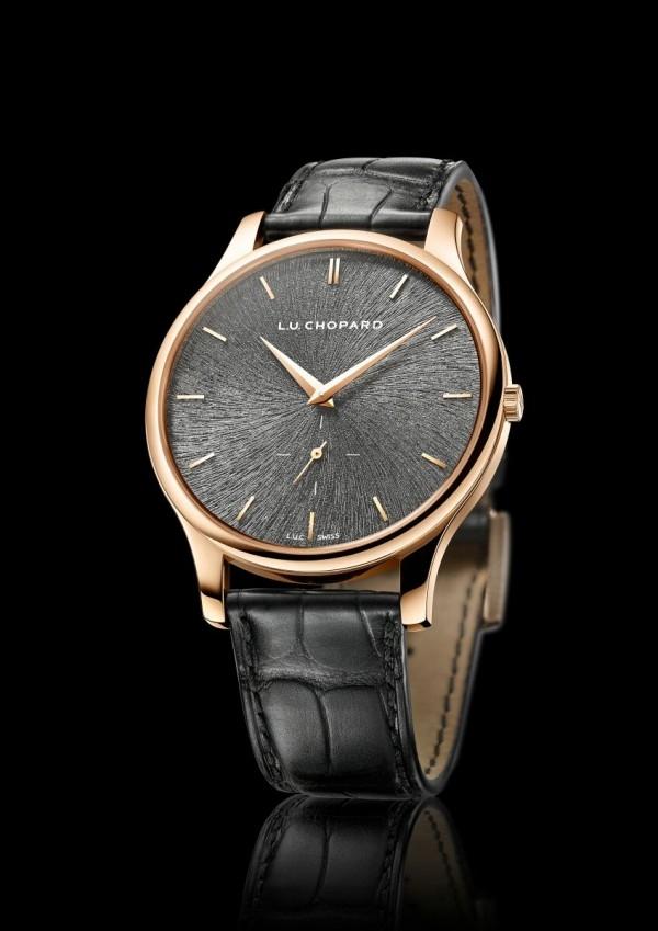 蕭邦L.U.C XPS Fairmined腕錶,獲「公平採礦」認證18K 玫瑰金錶殼,錶徑39.5MM,防眩光藍寶石水晶錶鏡,透明底蓋鐫有「Fairmined」標誌,自動上鏈機芯,COSC天文台認證,岩灰色電鍍錶盤,鍍金太妃式時針和分針,鍍金小秒針,小秒盤設於6時位置,手工縫製啞光黑色(CITES認證)植物鞣制鱷魚皮,18K玫瑰金針式錶扣,限量發行250枚,專賣店獨家發售,售價NT$609,000。