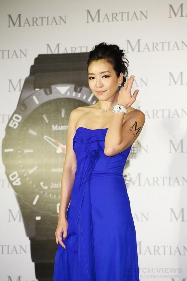 好久不見的時尚教主路嘉怡最近不僅出書大談婚姻相處之道,時尚帶點中性的特質也吸引目前全球最夯的聲控智慧錶品牌Martian摩絢錶的青睞,參加發布記者會。