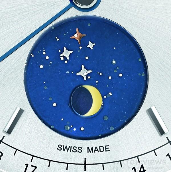 為了要彰顯月相盈虧顯示,美麗的藍漆星座圖下面,裝置有以金色轉盤顯示的月相盤機制。