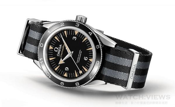 Seamaster 300 配有雙向旋轉潛水錶圈,是由拋光黑陶瓷製成,搭配OMEGA 專利液態金屬LiquidMetal®製成的小時時標。