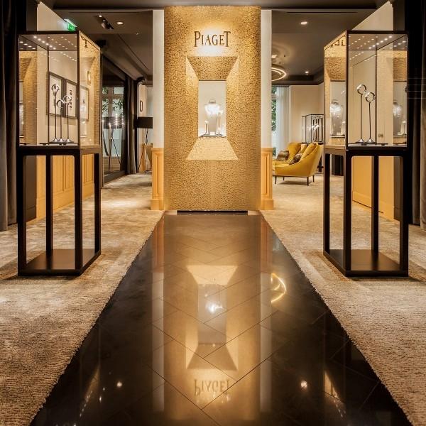 層壓橡木木質地板、編織橡木鑲板及展示龕,在精緻Murano手工燈的映照下,恍若鍍上了一道道金質葉紋,熠熠生輝。