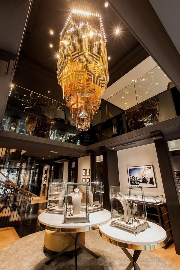 尊榮無比、高達3.5公尺的巨型風格吊燈,則延伸了伯爵的殷殷款待,邀請著賓客朝二樓開闊的露台直去。