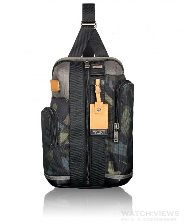 TUMI Alpha Bravo-迷彩單肩包,建議售價 NTD10,700 。
