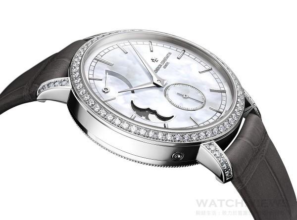 江詩丹頓全新推出的Traditionnelle月相盈虧動力儲存小型號腕錶屬於Traditionnelle系列,該系列一貫秉承極致純粹的製錶傳統和經久不衰的工藝精神。錶殼線條圓潤流暢,鑲嵌了精美的寶石。手動上鏈的1410機芯由江詩丹頓自主研發並製造,配備了高級腕錶所有複雜功能當中最富詩意的功能:月相盈虧顯示。