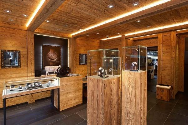 策馬特小鎮,地名意味「高山中的草原」。HUBLOT 宇舶錶以瑞士特有木屋風格打造專賣店,象徵此區域的人文傳統與歷史。傳統建築以現代化設計的外觀呈現,店內使用木頭與玻璃製成的櫃檯與展示空間。