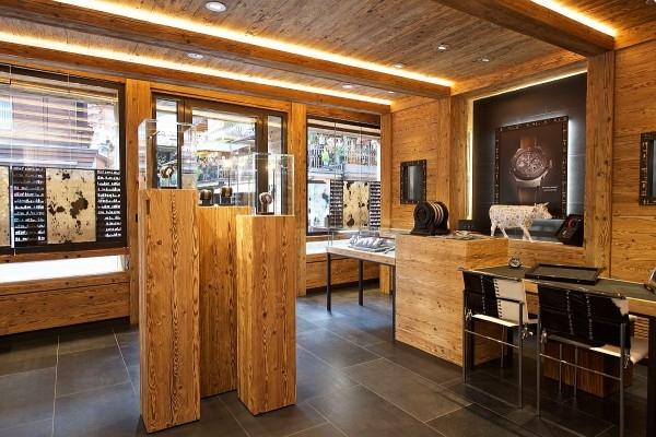 牆上掛滿用金屬相框裝飾的瑞士剪紙藝術,同時描繪出游牧遷徙歷史的圖騰在櫥窗和陽台展示。HUBLOT 宇舶錶認為融入品牌精神的同時,強調當地特色傳統文化亦十分重要。