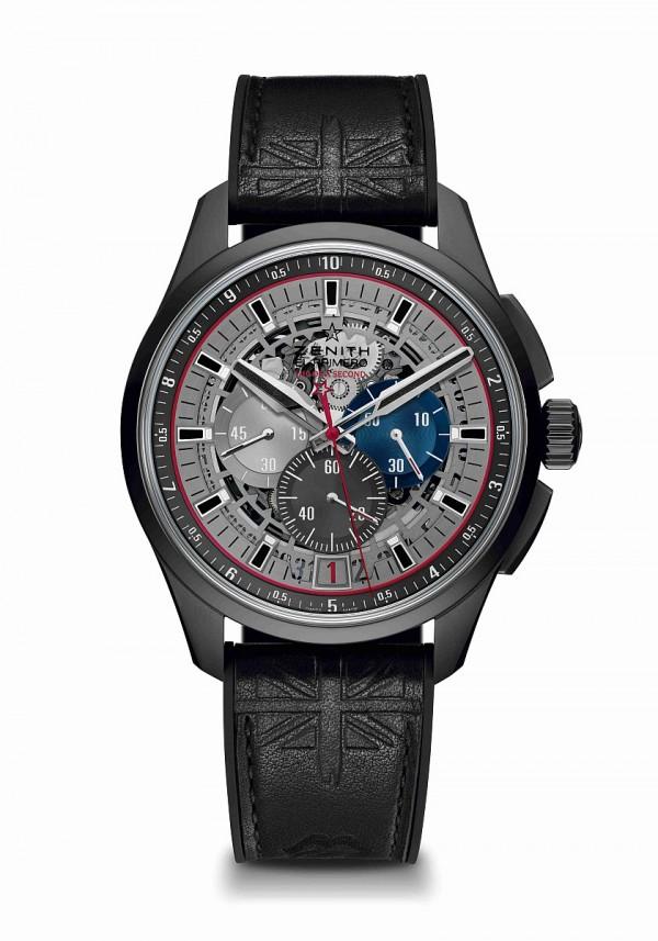 """ZENITH EL PRIMERO系列1/10跳秒超輕量腕錶滾石樂隊特別版,碳纖維DLC塗層錶殼、錶面及指針,直徑45毫米,中置時、分顯示、小秒針位於9時位置、日期顯示位於6時位置、1/10秒計時顯示,El Primero 4052 W型自動機芯,震頻36,000 VpH,動力儲存50小時,擺鉈飾以「Côtes de Genève」圖案,鈦金屬組件主機板、發條夾板、擺輪夾板、計時腕錶夾板、擒縱叉夾板及擒縱叉輪夾板,雙面防眩處理藍寶石水晶鏡面,透明藍寶石水晶玻璃錶背,黑色牛皮壓印英國國旗及滾石樂隊""""大舌頭""""標識,內襯橡膠錶帶。"""