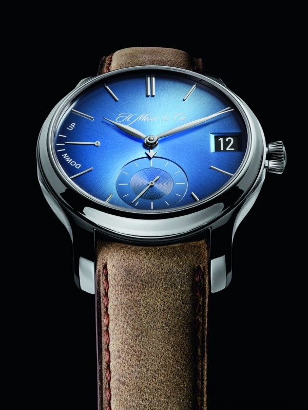 H. Moser & Cie勇創者(Endeavour)系列萬年曆電光藍腕錶,參考編號1341-0207,白金錶殼,天空藍fumé錶盤,羚羊皮錶帶 。