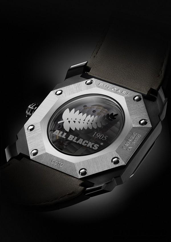 BVLGARI Octo All Blacks 100 Club特別版紀念腕錶的半透明霧面藍寶石水晶底蓋上,鐫刻有「All Blacks®」標誌。