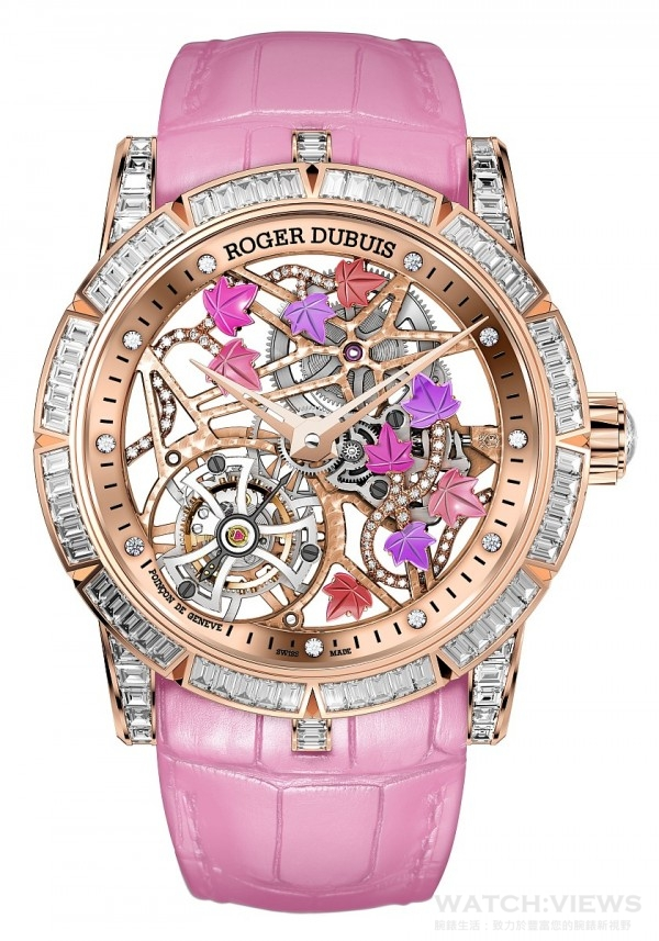 Excalibur Brocéliande玫瑰金腕錶,玫瑰金錶殼,直徑42毫米,錶圈鑲嵌60顆長方形割鑽石(約1.84克拉),錶耳鑲嵌48顆長方形切割鑽石(約0.82克拉), 錶冠鑲嵌1顆玫瑰式切割鑽石(約0.42克拉),鏤空錶盤搭配常春藤裝飾,常春藤鑲嵌58顆明亮式切割鑽石(約0.15克拉)和半寶石,玫瑰金盤緣鑲嵌10顆明亮式切割鑽石(約0.11克日拉),玫瑰金鏤空指針,藍寶石玻璃上金屬鐫刻Roger Dubuis(羅杰杜彼)字樣,防水30米,粉紅色純正鱷魚皮錶帶,玫瑰金可調節折疊式錶扣,鋪鑲32顆長方形切割鑽石(約1.22克拉),RD505SQ鏤空飛行陀飛輪機芯,限量3只,建議售價NTD9,380,000。