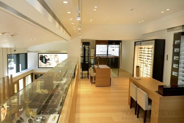 益莊鐘錶公司旗艦店一樓與二樓之間的樓中樓空間,設置了時尚品牌眼鏡專區。