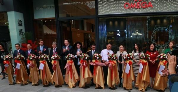 益莊鐘錶全新旗艦店隆重開幕,各個品牌代表與貴賓共計12人出席開幕剪綵儀式。