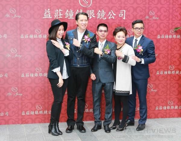 益莊鐘錶旗艦店開幕活動貴賓大合影,左起為歐陽妮妮、歐陽龍、益莊總經理黃文華、夫人陳梅與副總經理黃勤翔。