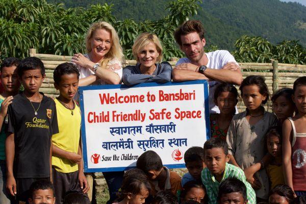 德國公主Lilly(左起)、義大利女星Isabella Ferrari和西班牙超模演員Jon Kortajarena,一同與BVLGARI 參訪尼泊爾地震災區。