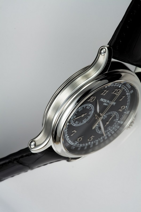 Ref.5370的錶殼一如機芯,由原創設計、勾勒藍圖、運用六十噸重力壓床以冷鍛方式造成錶殼雛型,及至去屑、精磨及打磨等耗時的加工程序,由百達翡麗一手完成。