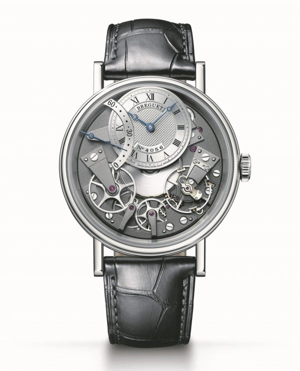 Tradition 7097 逆跳秒針腕錶,18K白金錶殼,側面帶有精細錢幣紋,藍寶石水晶底蓋,直徑40毫米,焊接錶耳,螺絲栓固定錶帶。防水深度達30米,18K金鍍銀錶盤,12時位偏心錶盤飾以手工鐫刻圖案,備有獨立編號及寶璣簽名。羅馬數字時圈,10時位逆跳指針顯示,505SR1自動上鍊機芯,備有編號及寶璣簽名。50小時動力儲備。造型沿用寶璣古董懷錶的風格。振頻3Hz,經6個不同方位調校,定價NTD1,080,00。