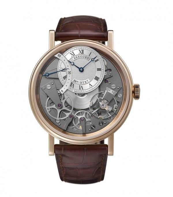 Tradition 7097 逆跳秒針腕錶,18K玫瑰金錶殼,側面帶有精細錢幣紋,藍寶石水晶底蓋,直徑40毫米。焊接錶耳,螺絲栓固定錶帶。防水深度達30米,18K金鍍銀錶盤,12時位偏心錶盤飾以手工鐫刻圖案,備有獨立編號及寶璣簽名。羅馬數字時圈,10時位逆跳指針顯示,505SR1自動上鍊機芯,備有編號及寶璣簽名。50小時動力儲備。造型沿用寶璣古董懷錶的風格。振頻3Hz,經6個不同方位調校,定價NT1,054,00。