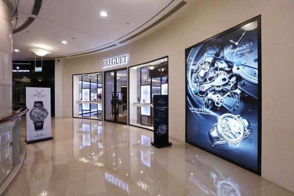 寶璣101專賣店自2015年11月15日至11月19日將展出一系列2015年巴塞爾作品,包括Tradition系列7097 逆跳秒針腕錶、7077獨立計時碼錶;女錶部分,則有Reine de Naples系列9807、9808夢幻公主腕錶、Rêve de Plume羽毛高級珠寶錶等。