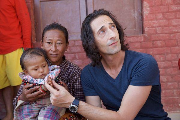 寶格麗大使 Adrien Brody親赴尼泊爾地震災區關懷受災兒童。