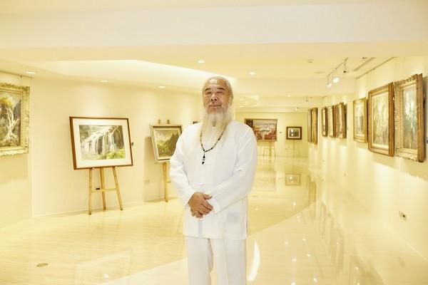 畫家塗樹根先生攝於亨得利三寶名錶化身的藝廊