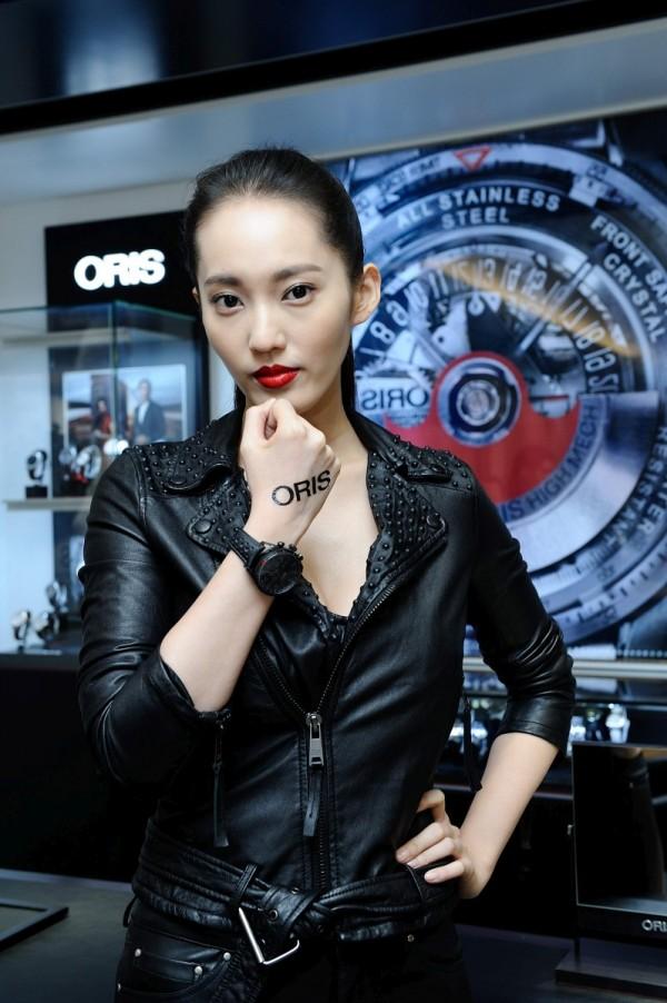 王楚柔化身性感女賽車手展演全球限量ORIS Audi Sport II賽車錶,完美演繹賽車腕錶的酷帥俐落。