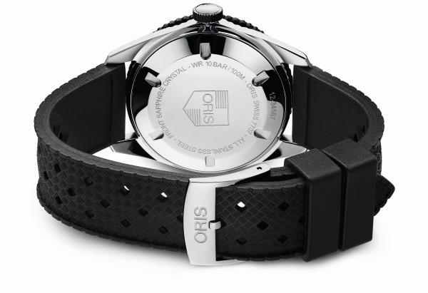 Divers Sixty-Five腕錶配用旋入式不銹鋼錶冠,防水功能依舊維持在實用的100米。不鏽鋼錶背上刻有Oris 1965年時的歷史Logo,