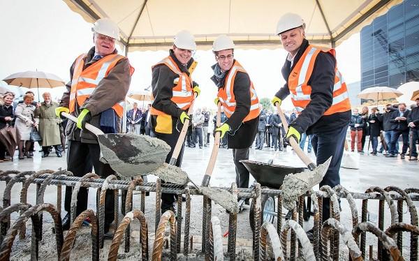 圖左至右:百達翡麗名譽總裁Philippe Stern、總裁Thierry Stern,日內瓦州議員Antonio Hodgers和Plan-les-Ouates市長Xavier Magmin出席新大樓奠基儀式。