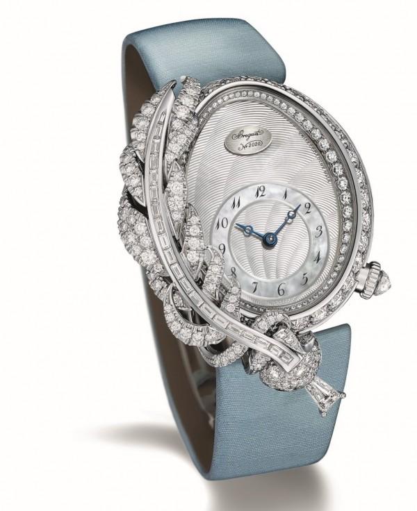 高級珠寶錶Plume羽毛之夢,18K白金蛋形錶殼,錶框飾以精細羽毛圖案,錶圈及錶盤內緣鑲以94顆圓鑽。羽毛圖案鑲有20顆方鑽,一顆爪鑲梯形鑽石及76顆雪花鑲嵌圓鑽。錶冠鑲以一顆三角形刻面的梨鑽,附件則配以22顆雪花鑲嵌圓鑽。尺寸33 x 24.95毫米,手工鐫刻天然珍珠母貝錶盤,12時位位鑲有寶璣小徽章。586/1自動上鍊機芯,備有編號及寶璣簽名。38小時動力儲備。手工鐫刻950鉑金擺陀。矽材質寶璣擺輪游絲。緞錶帶配鑲以26顆圓形鑽石折疊錶扣。腕錶鑲鑽超過4克拉,定價NTD4,525,000。