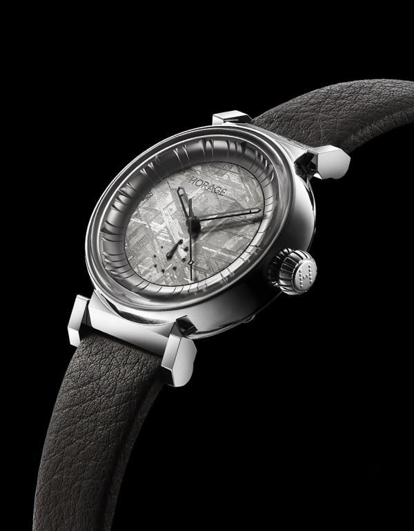 Solar Wind腕錶,不鏽鋼錶殼,錶徑42毫米,天然隕石面盤,時、分、秒、大日期、動力儲能顯示,K1自製自動上鍊機芯,動力儲能56小時,藍寶石水晶玻璃鏡面及後底蓋,防水50米,小牛皮錶帶。