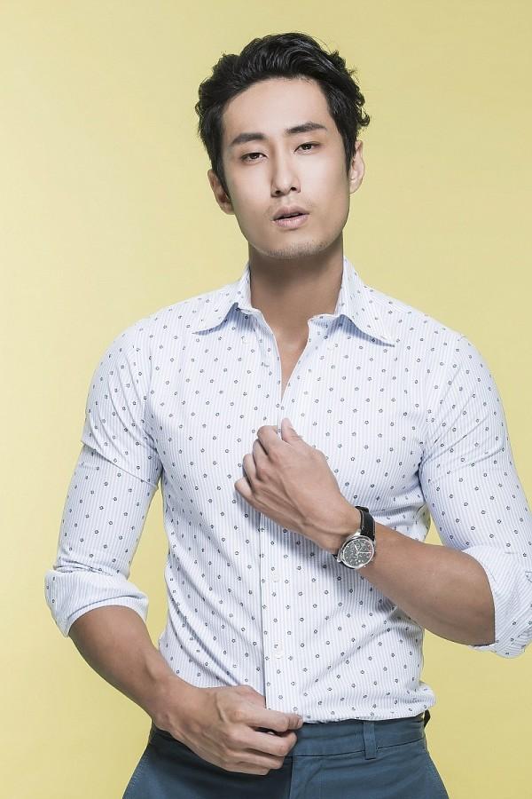 名模萬子豪配戴天梭PR100系列計時碼錶,低調內斂,簡約時尚。