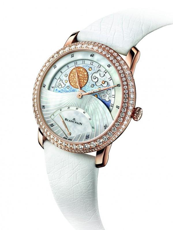 Blancpain Women系列 Jour Nuit日夜顯示雙逆跳腕錶的白晝顯示,其太陽上有 50 顆黃色剛玉以及數顆黃色珍珠母貝點綴。