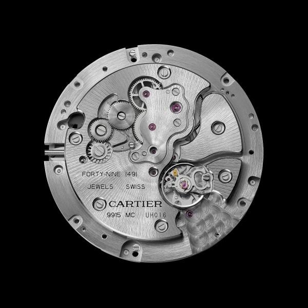 卡地亞9915 MC型工作坊精製自動上鏈機械機芯,搭載按需動力儲存顯示功能,總直徑36.18毫米,厚度5.45毫米,紅寶石軸承數49 ,機芯零件數367,擺輪振頻每小時28,800次,動力儲存至少約3日。