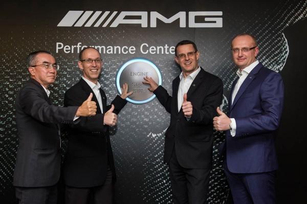 (左起)台灣賓士轎車行銷業務部副總裁司達恆先生、中華賓士集團總裁柯亞洪先生、台灣賓士總裁邁爾肯先生及中華賓士董事總經理陶達利先生一同為首發的 AMG Performance Center 隆重揭幕。