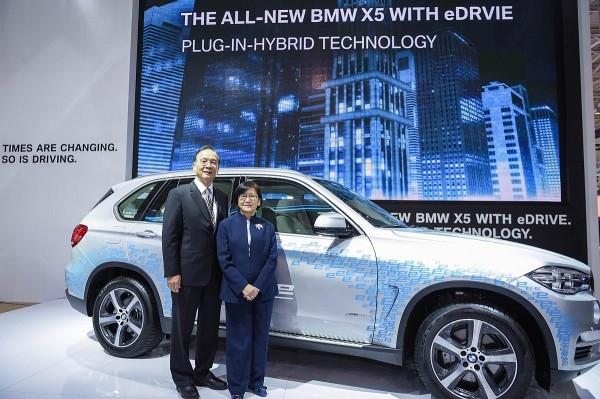 BMW總代理汎德公司 唐榮椿董事長(左)偕同台北市汽車代理商同業公會 唐如萱理事長(右)為全新BMW X5 xDrive40e揭幕