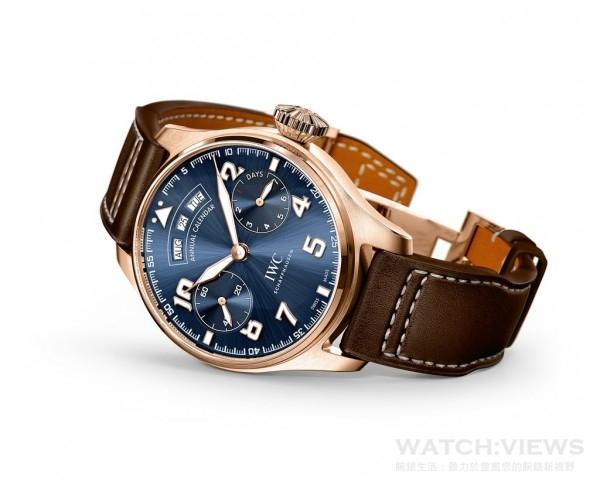 大型飛行員年曆腕錶「小王子」特別版(型號IW502701),是品牌第二款搭載年曆功能的腕錶,搭配午夜藍色錶盤以及具有煙草棕色錶盤以及飾有奶油色縫線的小牛皮錶帶,讓人聯想起聖艾修伯里當年所穿的飛行服的顏色。