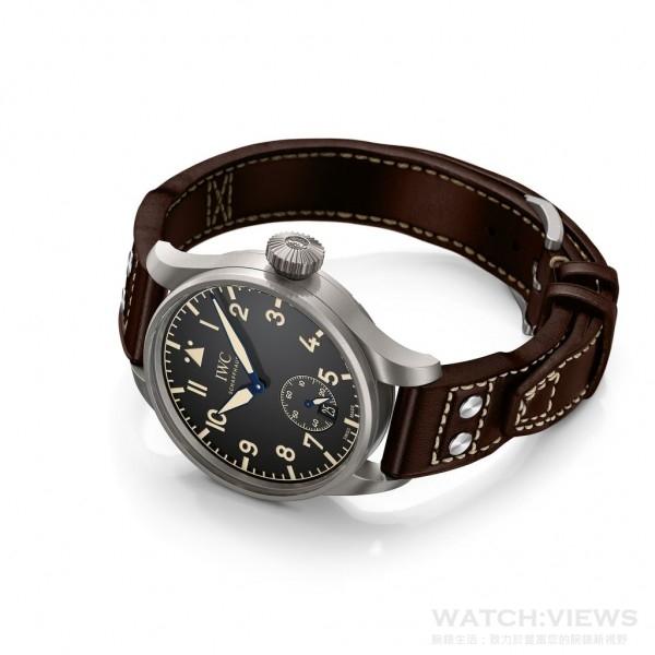 大型飛行員傳承腕錶55(型號IW510401)與大型飛行員傳承腕錶48(型號IW510301)。它們清晰滲透出歷史精密導航腕錶的靈感啟發,腕錶看上去好像經過時間穿越回到了飛行先鋒時代,但又突顯現代IWC萬國錶的製錶技藝。