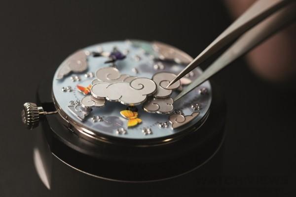 Van Cleef & Arpels的製錶師細心組裝錶盤的珍珠母貝浮雲
