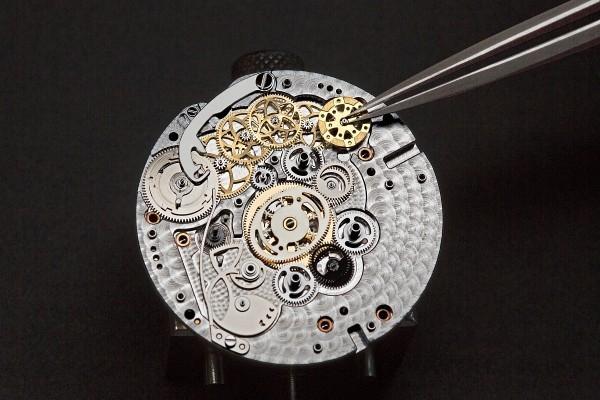 專為Lady Arpels Ronde des Papillons腕錶獨家研發的機芯,採用逆跳時針及變速分針顯示時間,活動裝置並可隨時啟動,工藝精巧。