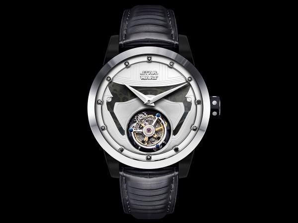 星球大戰系列 Captain Phasma 陀飛輪腕錶,型號:SW 1217,不鏽鋼錶殼,直徑43毫米,時、分指示,60秒陀飛輪,振頻每小時28,800次,動力儲存40小時,Captain Phasma造型浮雕面盤,時間刻度鑲嵌12枚黑鑽石,特製紅黑牛皮錶帶,黑色藍寶石水晶錶面及底蓋,限量200只,建議售價NTD179,800。