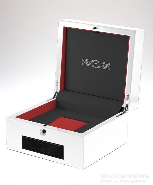 萬希泉星際大戰系列陀飛輪腕錶內錶盒打開後是黑、白、紅色調,表枕亦是特別設計過,當銀黑色陀飛輪手表放在紅色錶枕上,左右透出的紅色會與錶身的黑色相撞,令整個畫面更有質感。