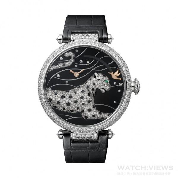 Panthères et Colibri按需動力儲存顯示動力腕錶, 18K白金鍍銠錶殼,鑲嵌314顆圓形明亮式切割鑽石,直徑42.75毫米,圓珠形錶冠鑲嵌一顆鑽石,18K白金鍍銠錶盤,鑲嵌11顆圓形明亮式切割鑽石, 18K白金鍍銠美洲豹圖案鑲嵌270顆圓形明亮式切割鑽石,梨形切割祖母綠豹眼,黑色真漆斑點,9915 MC型機芯,藍寶石水晶鏡面及錶背,防水30米,黑色鱷魚皮錶帶,18K白金鍍銠可調校式摺疊錶扣,鑲嵌43顆圓形明亮式切割鑽石。