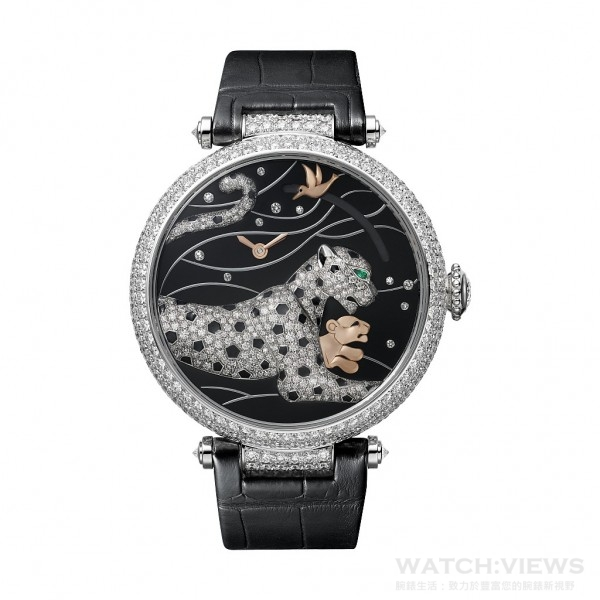 輕輕按動Panthères et Colibri按需動力儲存顯示腕錶的上鏈錶冠,面盤上即有一頭小美洲豹從母豹懷中躍出,擔任動力顯示的蜂鳥移動到正確的動力儲存位置,展現在錶主眼前。